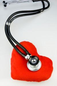 Stethoskop hört ein Stoffherz ab